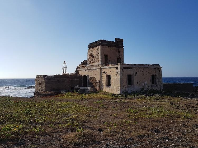 Ο παλιός φανός στο ανατολικό άκρο του λιμανιού στην Pantelleria