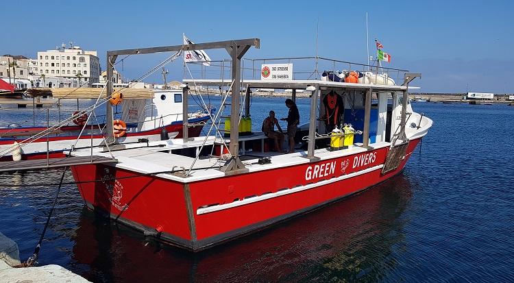 το σκάφος των Green Divers για το γύρο του νησιού