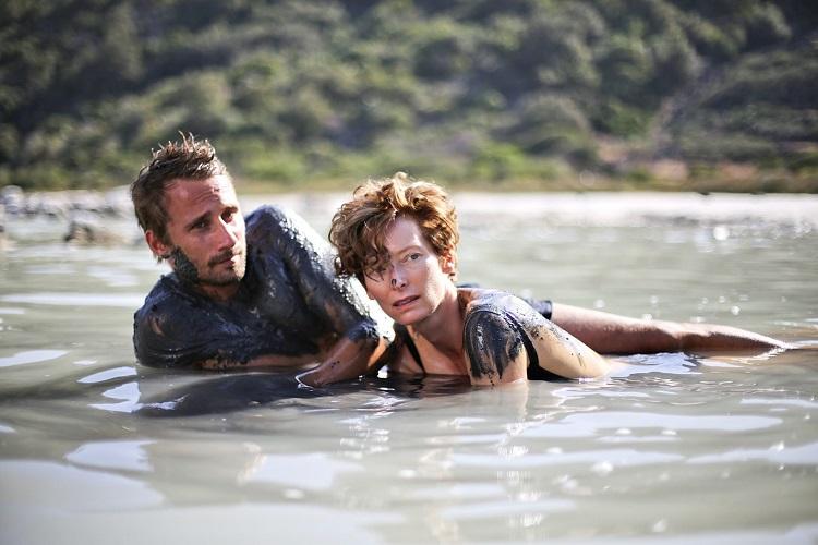 """σκηνή από την ταινία Κάτω από τον Ηλιο (A Bigger Splash), όπου οι πρωταγωνιστές απολαμβάνουν λασπόλουτρο στη λίμνη """"Ο καθρέφτης της Αφροδίτης"""""""