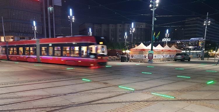 Μοντέρνο τραμ τη νύχτα