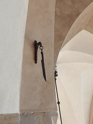 Το μαχαίρι που κρέμεται στην κεντρική αγορά