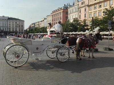 Άμαξα με άλλογα στην πλατεία κεντρικής αγοράς