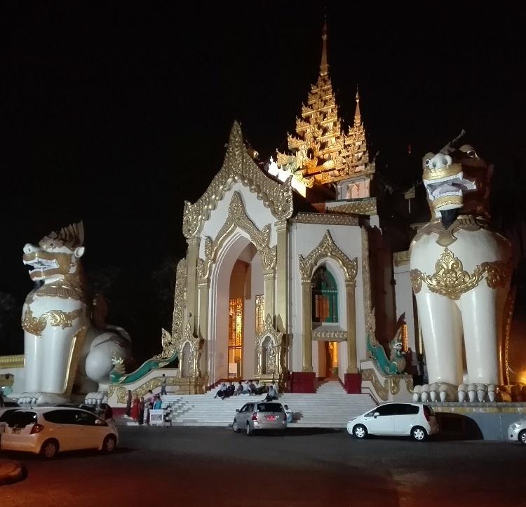 Η είσοδος στην παγόδα Shwedagon από τη δυτική πλευρά σε βραδινή μου επίσκεψη