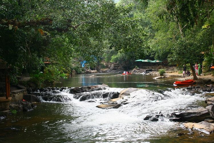 Λιμνούλα στους καταρράκρες Maliwun