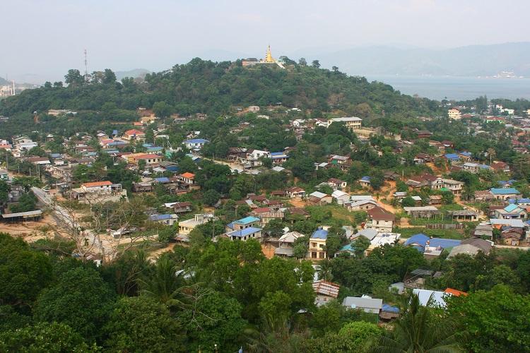 Και στην κορυφή του απέναντι λόφου υπάρχει Βουδιστικός ναός