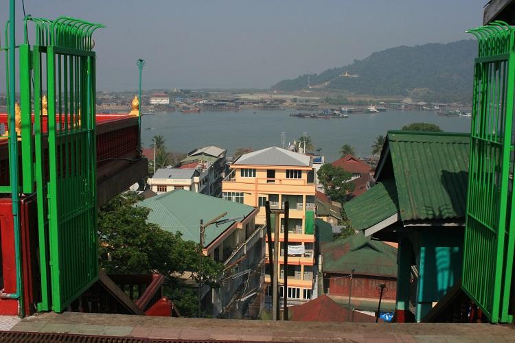 Η θέα από το ναό στο λόφο, πάνω από την πόλη