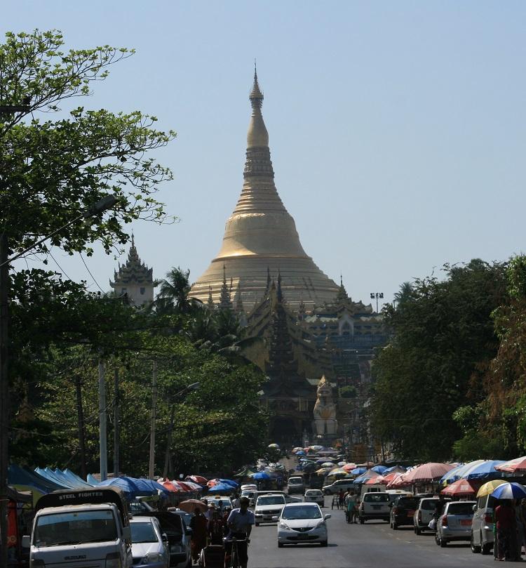 Η παγόδα Shwedagon, καθώς την πλησιάζουμε από τα δυτικά