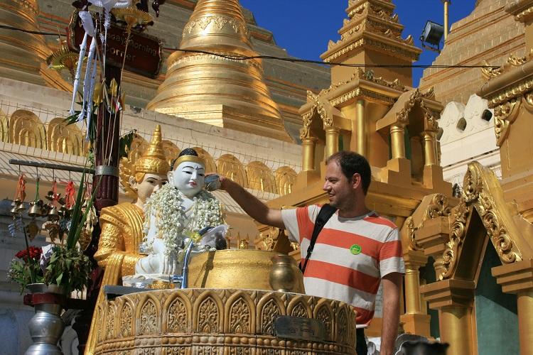 Δροσίζω το Βούδα που αντιστοιχεί στην Τρίτη, αφού έχω γεννηθεί Τρίτη, όπως απαιτεί το έθιμο