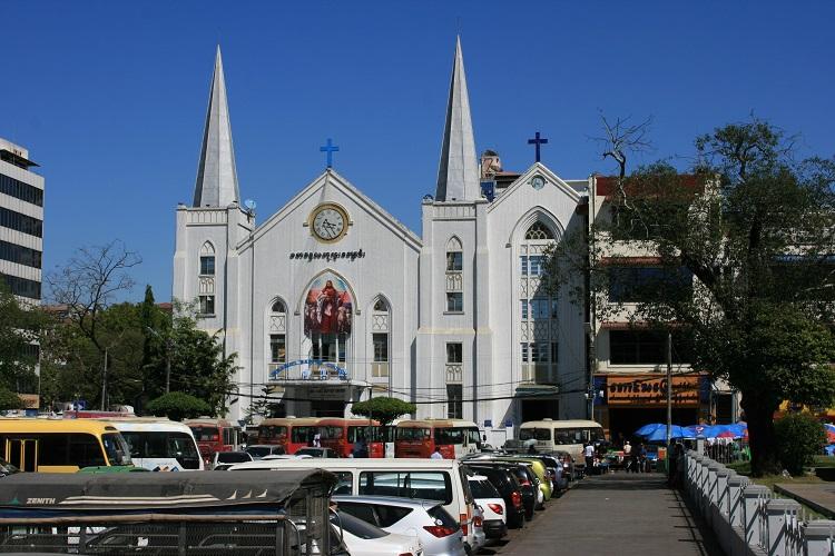 Εκκλησία λίγα μέτρα από την παγόδα Sule