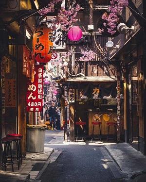 Από την Μανίλα, μπορώ εύκολα (και φθηνά) να πετάξω στην Ιαπωνία για να δω αυτό το όμορφο και παραδοσιακό στενάκι.