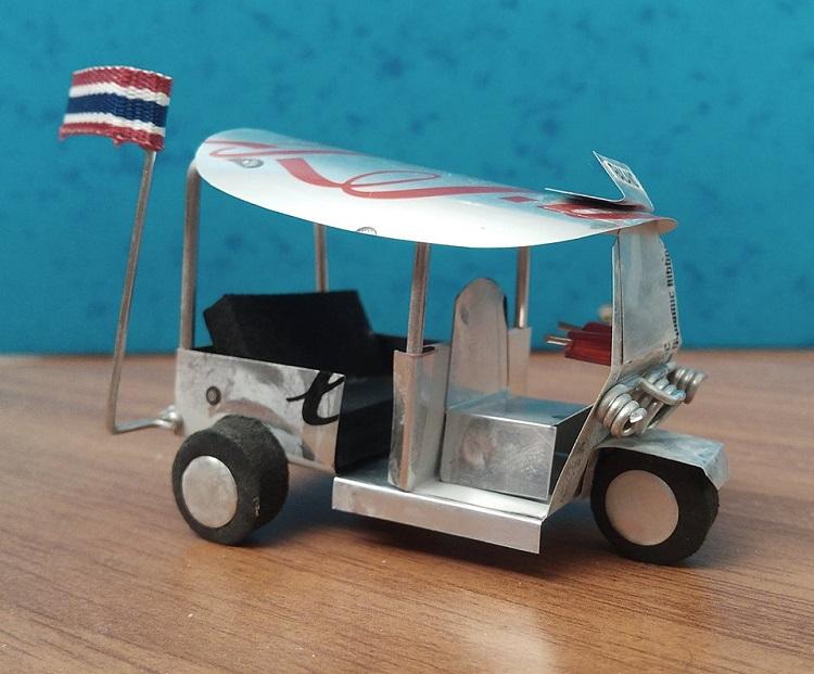 tuk-tuk μινιατούρα φτιαγμένο από κουτάκι Coca Cola Light