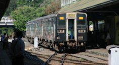 Τρένο στο σιδηροδρομικό σταθμό της Yangon